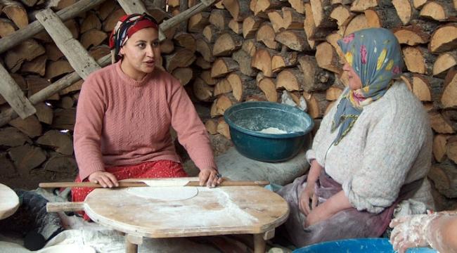 Kış ekmeği yapan analarımız...