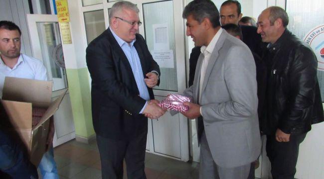 Kaymakam Bahadır Güneş muhtarlara Türk Bayrağı hediye etti