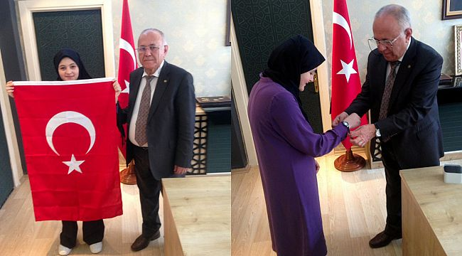 Nurbahar İstiklal marşını güzel okuduğu için kaymakamdan ödül aldı