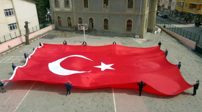 24 Nisan yürüşü için dev bayrak hazırlandı