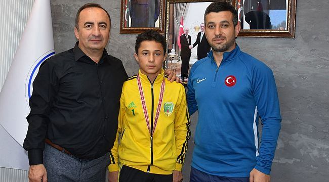 Başkan şampiyonu altınla ödüllendirdi